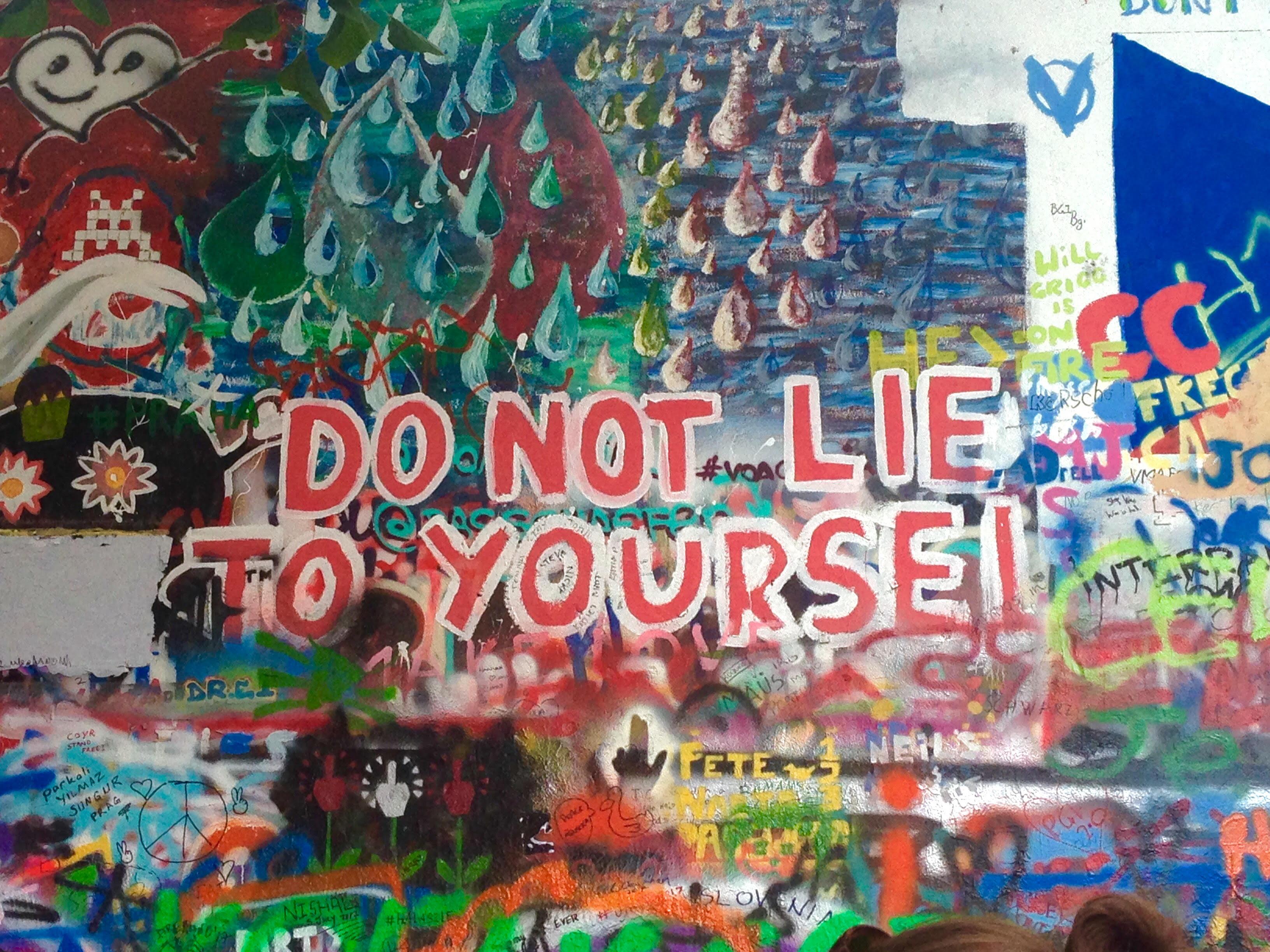 Une des nombreuses phrases inspirantes du mur John Lennon à Prague ! Le mur est en perpétuel changement parce que les gens taguent des choses différentes tous les jours.